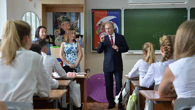 Vladímir Putin durante su visita a la escuela №2 de Vladivostok el 1 de septiembre de 2016.