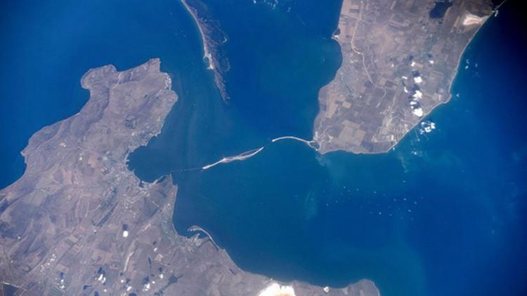 Fotos: El puente entre Crimea y la Rusia continental visto desde el espacio