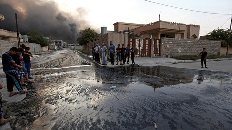 ¿Por qué el Estado Islámico inunda con crudo las calles de una ciudad iraquí?