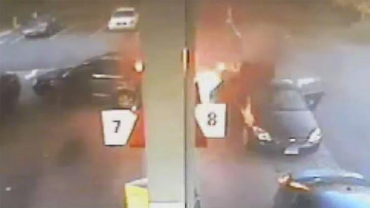 Una mujer salva a sus hijos segundos antes de incendiarse una gasolinera (VIDEO)
