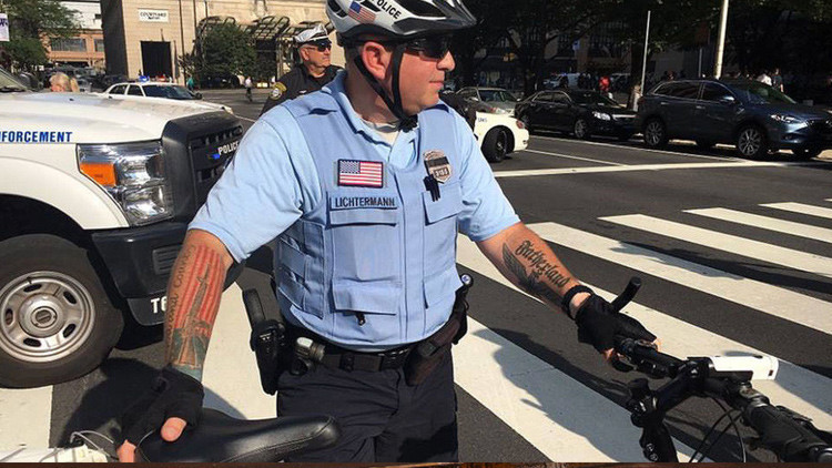 El tatuaje de un policía de EE.UU. desata controversia