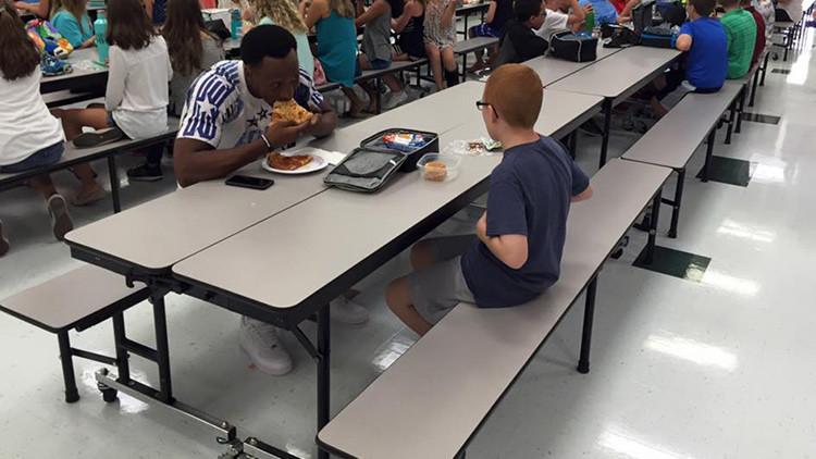 El conmovedor gesto de una estrella del fútbol americano con un niño autista