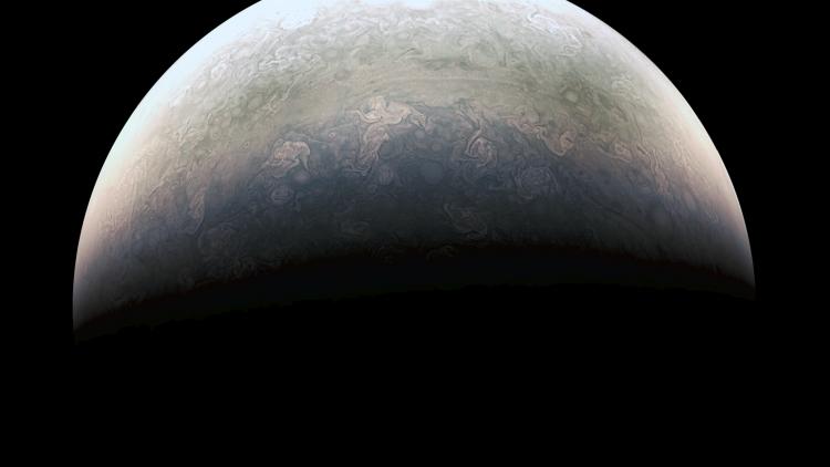 La sonda Juno se encontraba a unos 78.000 kilómetros sobre las nubes polares de Júpiter cuando captó esta imagen.