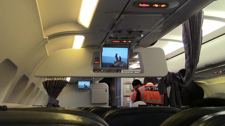 """""""¡Te dejo!"""": Un chino intenta tirarse del avión en pleno vuelo tras ser abandonado por su novia"""