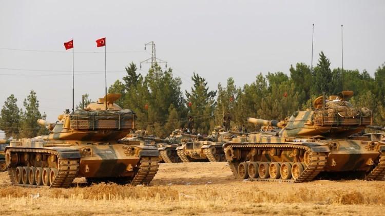 Los carros de combate turcos estacionados cerca de la ciudad de Karkamis, en la frontera con Siria