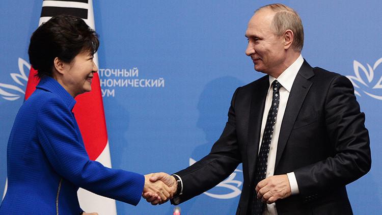 El presidente ruso, Vladimir Putin y su par surcoreana, Park Geun-hye, después de la rueda de prensa conjunta sobre los resultados de las negociaciones bilaterales en el marco del II Foro Económico Oriental, 3 de septiembre de 2016.