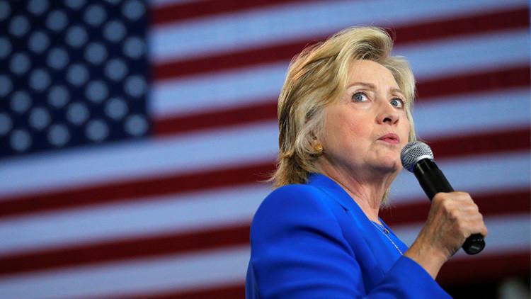 ¿Llevaba Hillary Clinton un pinganillo oculto en la oreja durante su debate con Trump?