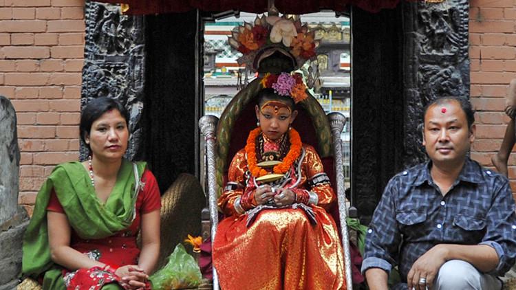 Esta niña de 7 años ha sido reconocida en Nepal como una diosa viviente y ya nunca toca el suelo