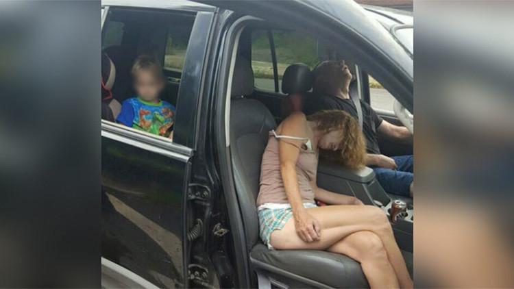 EE.UU.: La Policía publica la escalofriante foto de un niño en un coche con una pareja drogada