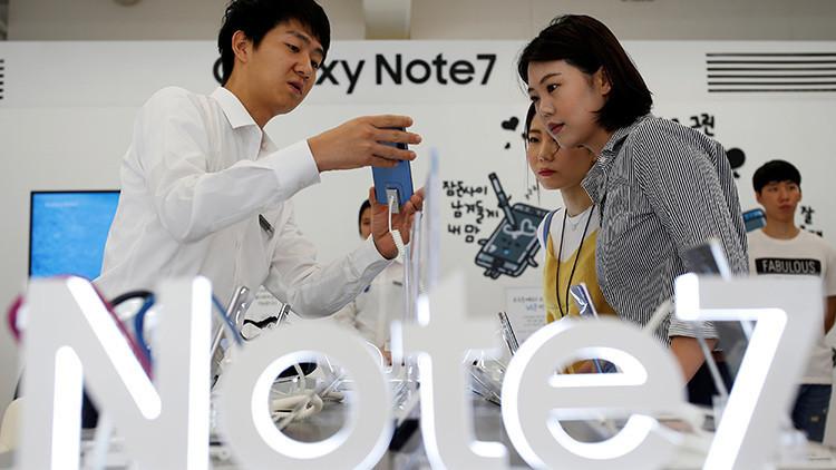 Un empleado asiste a los clientes que quieren adquirir un Samsung Galaxy Note 7 en la tienda de la empresa en Seúl, Corea del Sur, el 2 de septiembre de 2016.