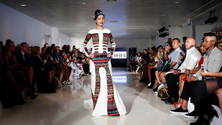 La modelo india y superviviente al ataque de ácido, Reshma Quereshi, presenta la obra de la colección la diseñadora india, Archana Kochhar, en marco de la Semana de moda en Nueva York, EE.UU., el 8 de septiembre.
