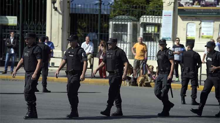 Se viraliza una foto de policías argentinos rezando antes de patrullar