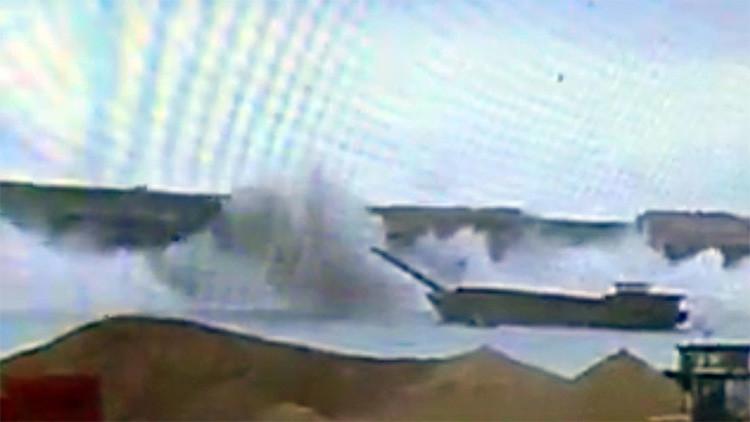 VIDEO: El momento exacto en el que un puente con camiones se desploma sobre un río en China