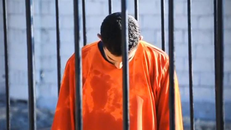 El Estado Islámico encerró a ocho civiles en una jaula, los ahogó y filmó el crimen