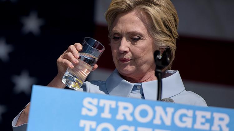 Hillary Clinton bebe agua durante un evento en la ciudad de Cleveland, el 5 de septiembre de 2016