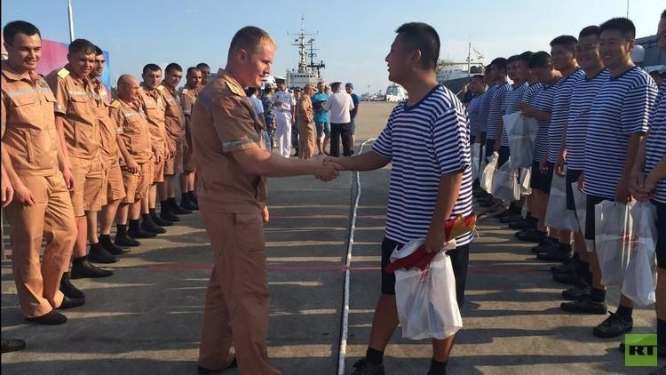 Rusia contra China: los marineros compiten tirando de una cuerda durante los ejercicios conjuntos
