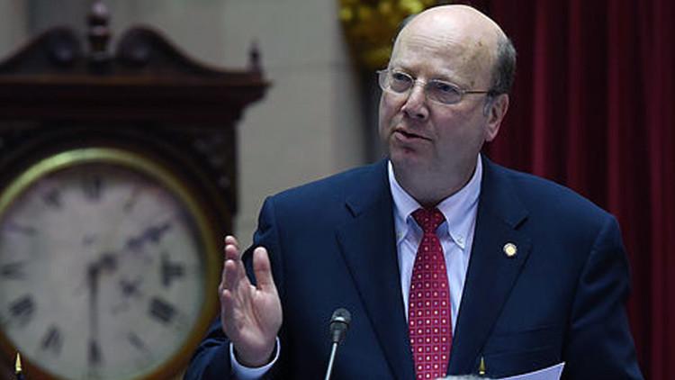 Un asambleísta muerto gana una primarias republicanas en Nueva York