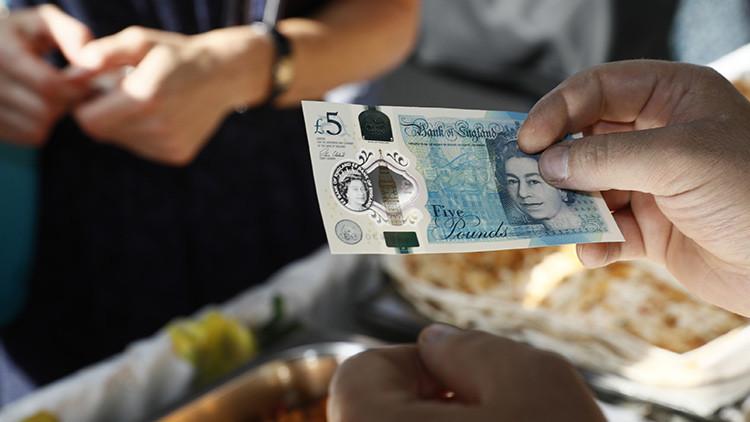 Rasgar, lavar y cocinar: los desafíos para el indestructible billete de 5 libras esterlinas (video)