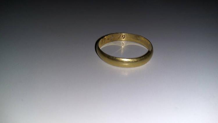 Una argentina devuelve un anillo de oro a su dueño 37 años después de que lo perdiera