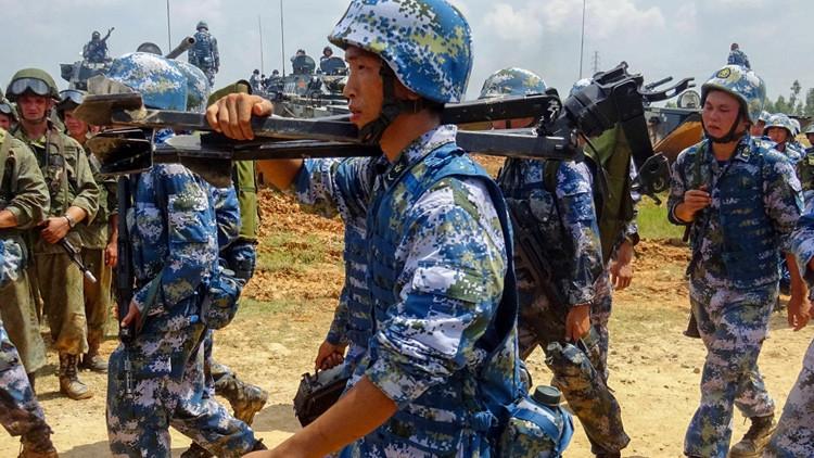 Hombro con hombro: infantes de marina rusos y chinos liberan un edificio de 'terroristas' (VIDEO)
