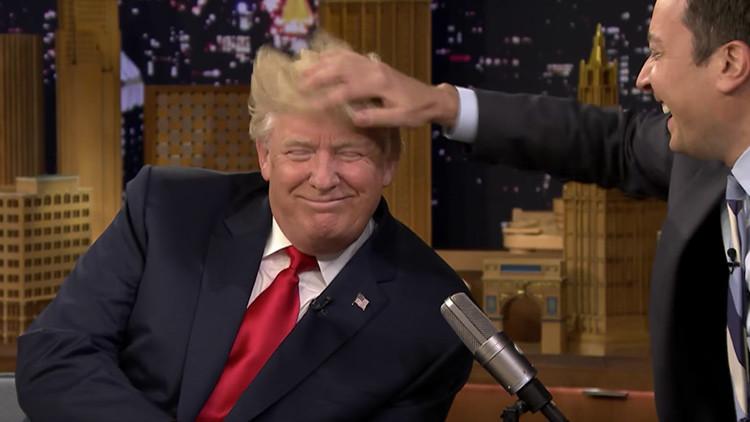 Video: Presentador Jimmy Fallon comprueba en directo si Donald Trump lleva peluquín