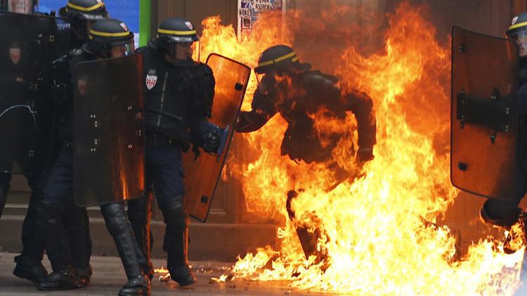 FOTO: Un policía envuelto en llamas provoca polémica en Francia