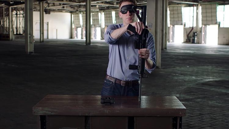 Video: Ensambla un fusil con los ojos vendados para mostrar que es apto para el Senado de EE.UU.