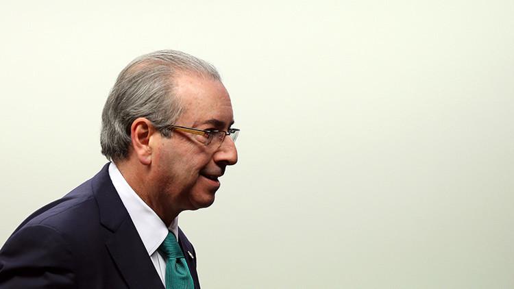 """Al grito de """"ladrón"""" y """"desvergonzado"""" despiden a Cunha en el aeropuerto de Brasilia (Video)"""