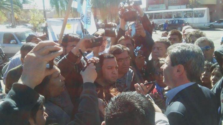 Argentina: una empresa minera derrama cianuro y un gobernador recibe un huevazos