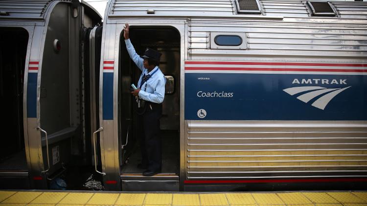 Decenas de pasajeros son evacuados de un tren en EE.UU. por la presencia de un hombre armado