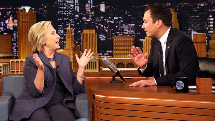 Presentador Jimmy Fallow recibe a Clinton con una mascarilla para protegerse de su neumonía (Video)