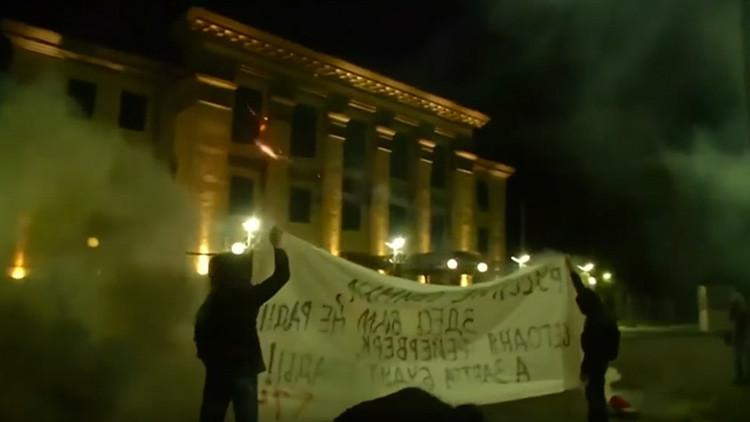 Radicales ucranianos atacan la Embajada de Rusia en Kiev (Video)
