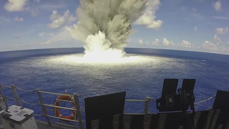 Un moderno buque de guerra de EE.UU. sale airoso de tres potentes explosiones (VIDEO)