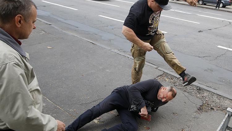Nacionalistas ucranianos atacan a ciudadanos rusos cuando acuden a votar (video)