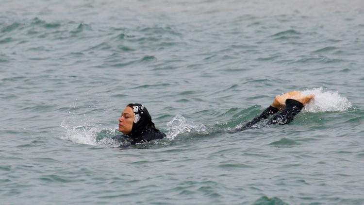 Prueba de tolerancia fallida: una australiana se baña en 'burkini' en Francia y esto es lo que pasa