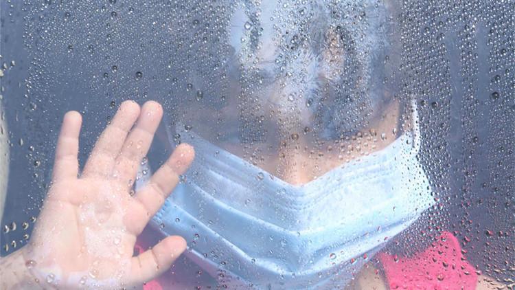 ¿Cómo es el angustioso día a día de vivir con alergia al agua?
