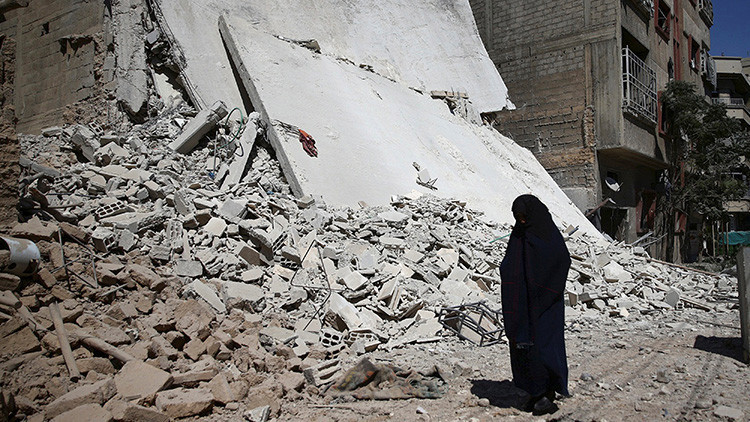 Una mujer cerca de un edificio destruido tras un bombardeo en Duma, en las inmediaciones de Damasco, Siria, el 9 de septiembre de 2016.