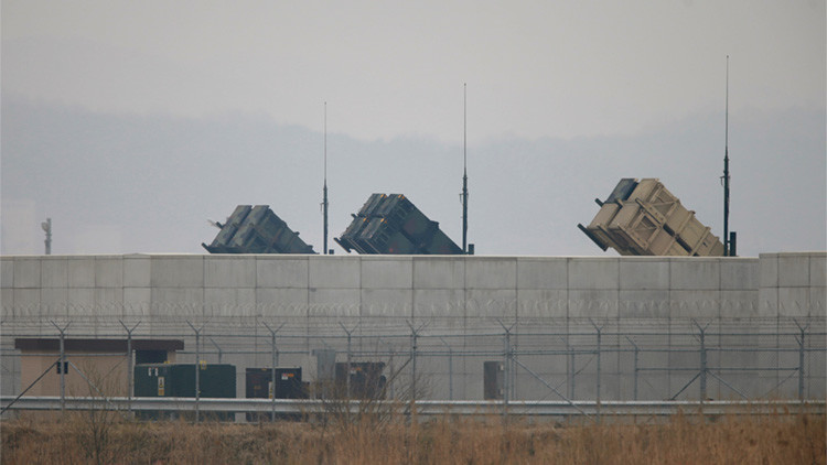 Baterías de artillería del sistema de defensa antimisiles estadounidense Patriot en la base aérea de EE.UU. en Osan, al sur de Seúl.