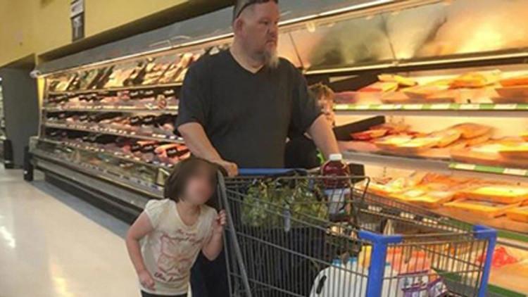 """""""¡Para por favor!"""": Un padre arrastra por el pelo a su hija en un supermercado de EE.UU. (FOTO)"""