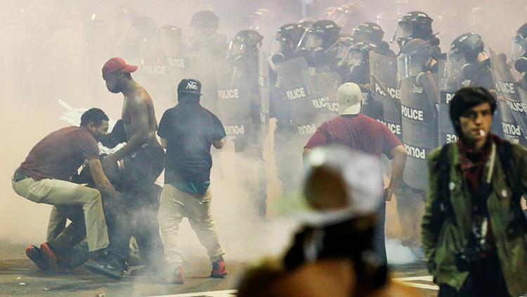 Disparan a un manifestante  durante las protestas contra la Policía en Charlotte (FUERTES IMÁGENES)