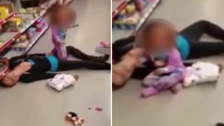 FUERTE VIDEO: Una niña ruega a su madre que se levante mientras yace inerte por una sobredosis (18+)