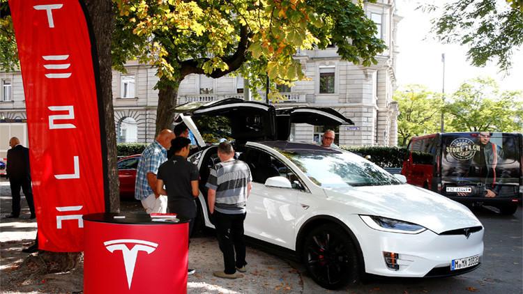 VIDEO: Unos 'hackers' chinos se apoderan de los autos Tesla de manera remota