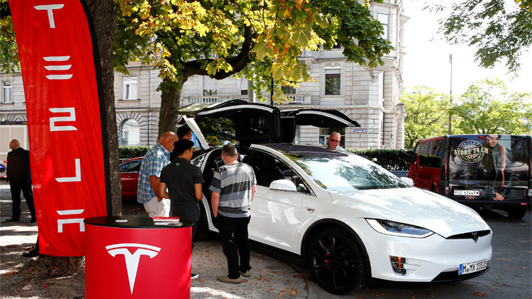 VIDEO: Unos 'hackers' chinos se apoderan de los autos Tesla de manera remota
