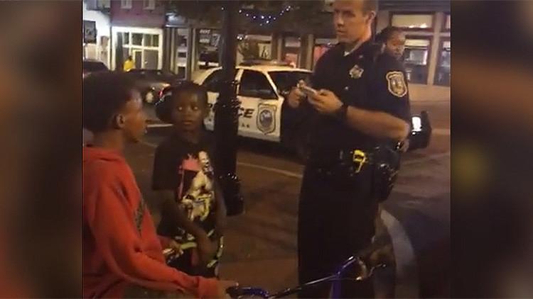 """""""¡Deja a los niños en paz!"""": Un hombre graba cómo la Policía de EE.UU. acosa a tres menores"""