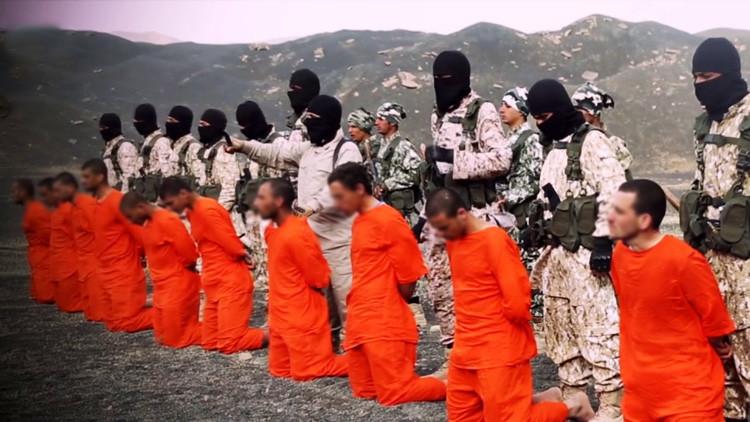 El Estado Islámico ejecuta a 12 de sus integrantes frente a cientos de personas
