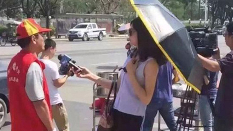 Una periodista china realiza una entrevista vestida de la siguiente manera y la despiden
