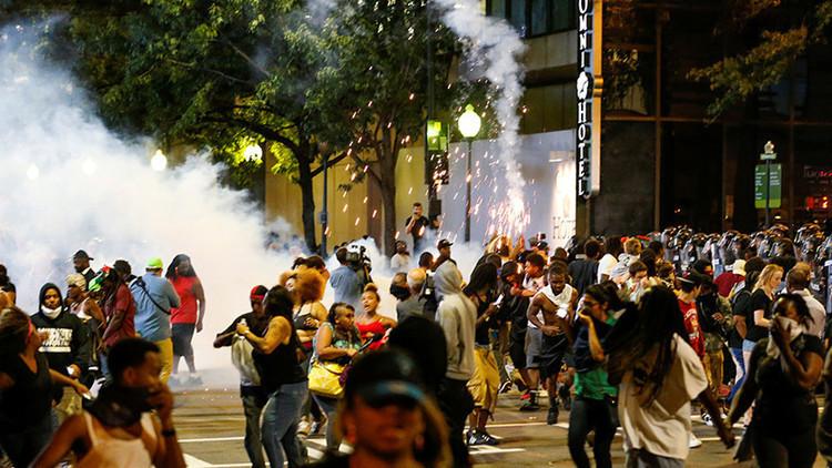 EE.UU.: Manifestantes toman las calles de Charlotte durante la cuarta noche de protestas