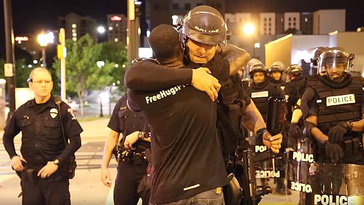 Un afroamericano abraza a miembros de la Policía en Charlotte (VIDEO)