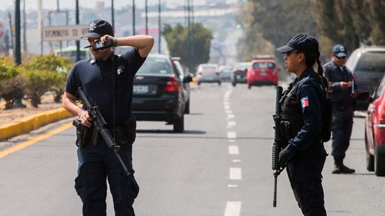 México: Encuentran a un sacerdote 'secuestrado' entrando y saliendo de un hotel con un menor (VIDEO)