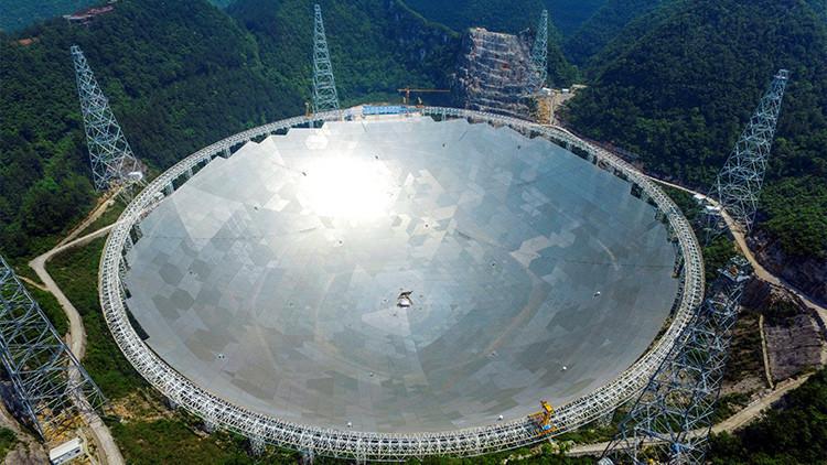 China estrena el mayor radiotelescopio del planeta del tamaño de unos 30 campos de fútbol